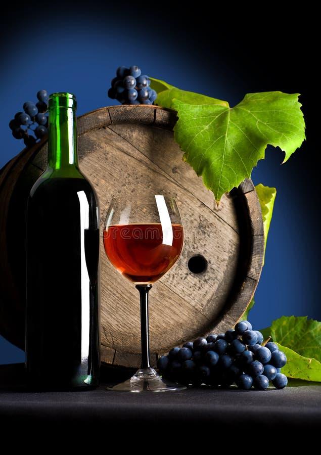 Composição das uvas e do vinho vermelho imagem de stock royalty free