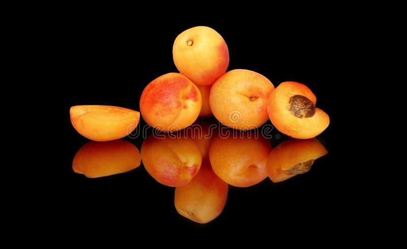 A composição de abricós suculentos maduros do verão com reflexão brilhante e clara no vidro fotos de stock