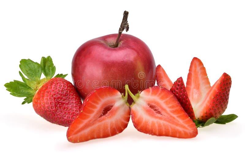 Composição de Appetitian da maçã vermelha e de morangos maduras cortadas do verão fotos de stock