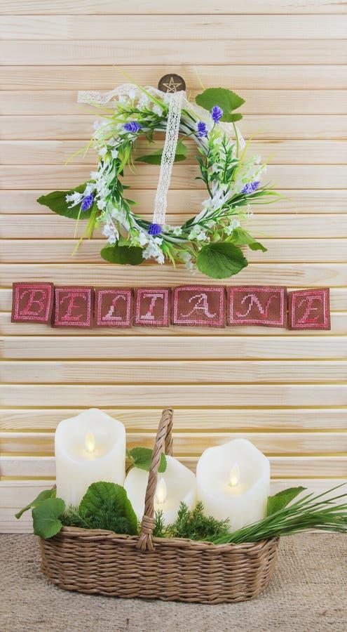 Composição de Beltane com pentacle e velas fotos de stock