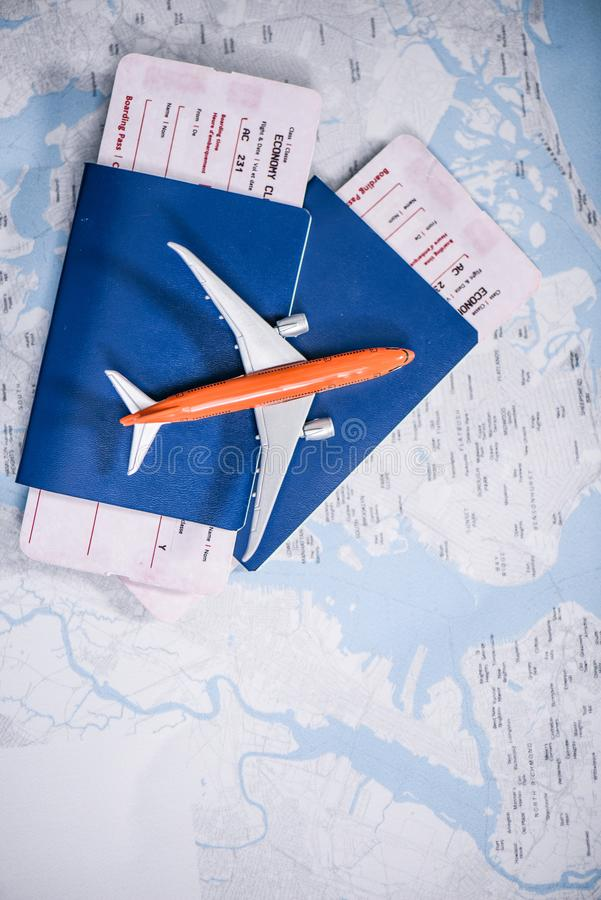 composição de bilhetes do voo com colocação do avião do brinquedo fotos de stock