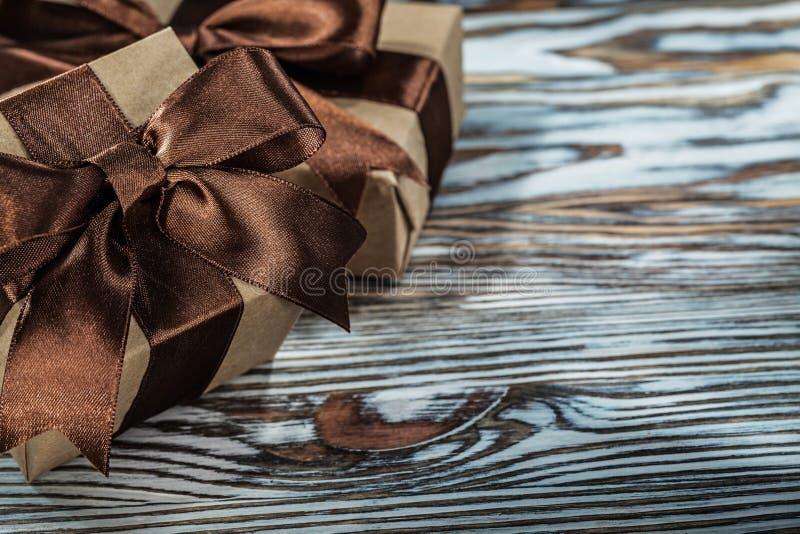 Composição de caixas atuais marrons no fundo de madeira foto de stock