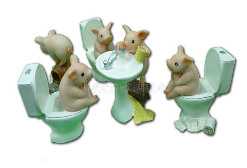 Composição de cinco leitão engraçados no toalete Esculturas de argila do polímero fotografia de stock royalty free