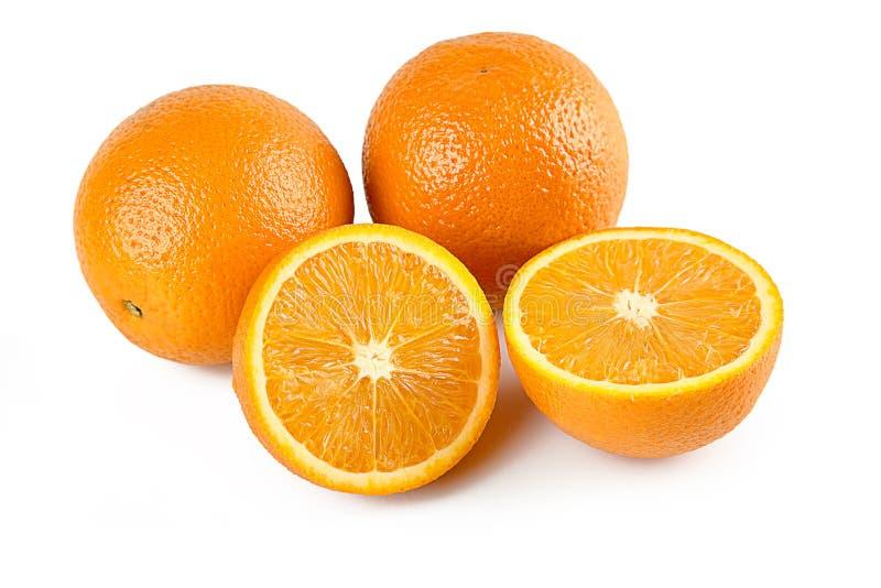 Composi??o de duas laranjas e de metade do fruto alaranjado isolado no fundo branco com trajeto de grampeamento Retocado perfeita imagem de stock