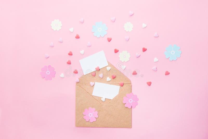 A composição de Feative de cartões vazios, corações multicoloridos dos doces de açúcar dos doces, flores de papel feitos a mão vo imagem de stock royalty free