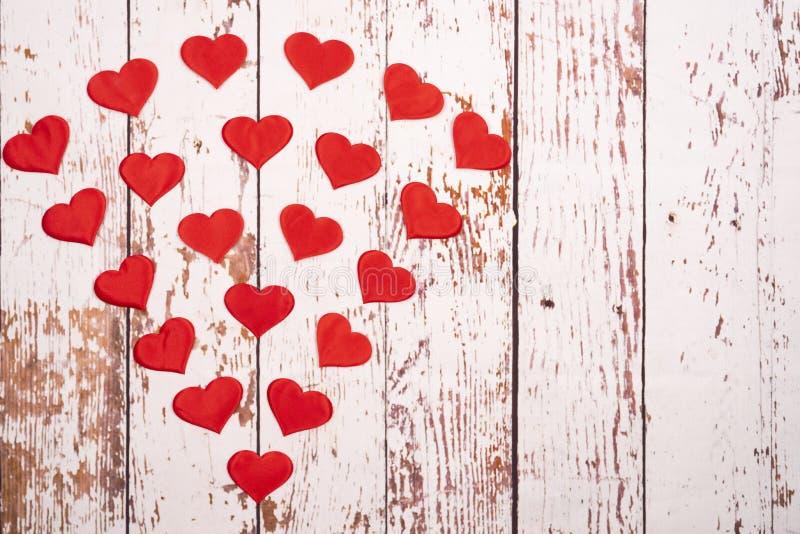 Composição de flatlay com corações sobre fundo de madeira imagens de stock royalty free