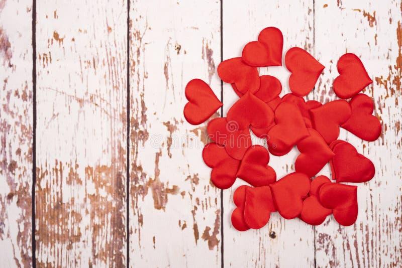 Composição de flatlay com corações sobre fundo de madeira imagens de stock