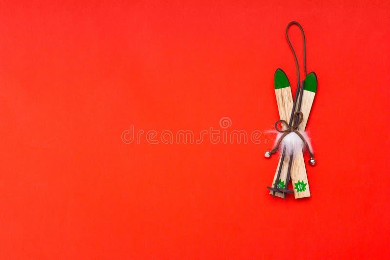 Composição de flatlay com decoração de natal de madeira-esquis imagem de stock