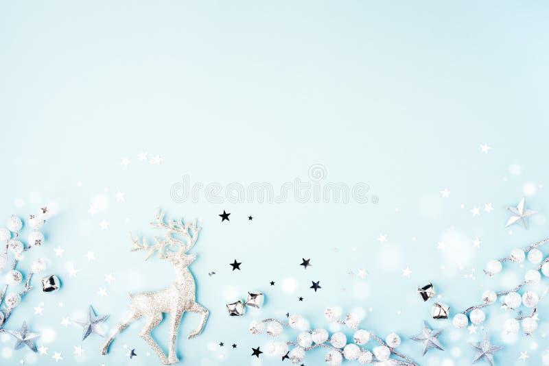 Composição de Natal com renas em fundo azul fotos de stock