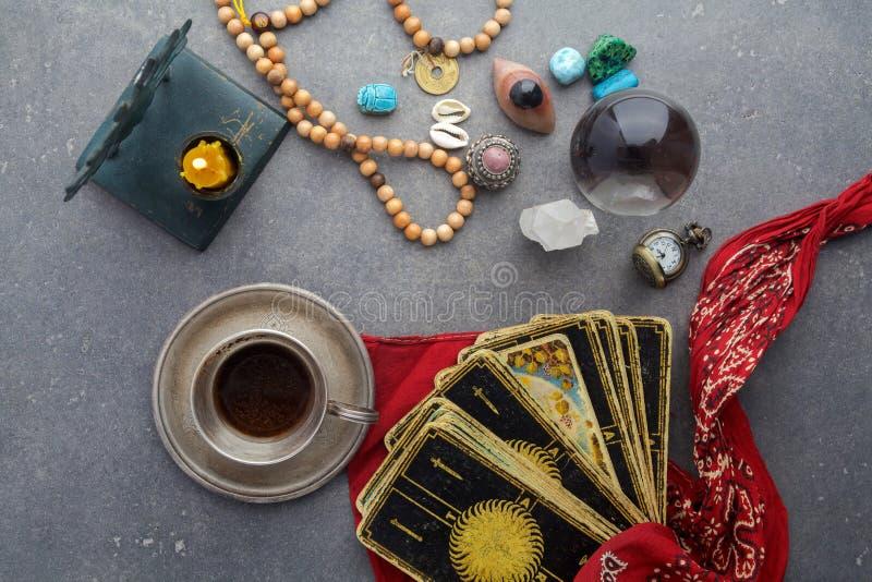 Composição de objetos esotéricos, usada para a cura e a previsão do futuro fotografia de stock royalty free