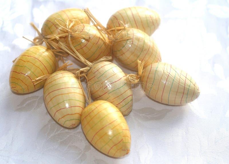 Composição de ovos da páscoa pintados à mão fotos de stock