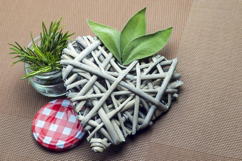 Composição de plantas aromáticas da cozinha, alecrins, caída imagem de stock