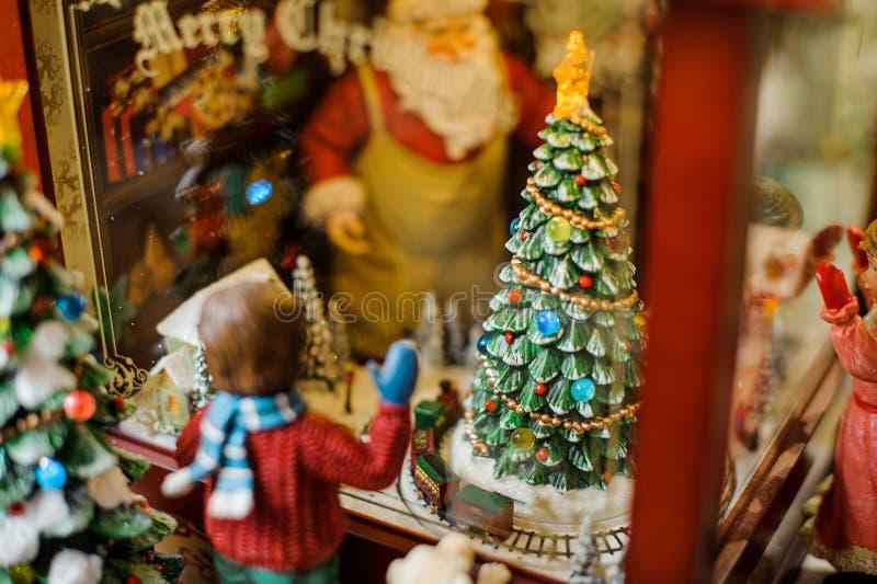 Composição decorativa do brinquedo do Natal que consiste em um menino que olha através da janela foto de stock royalty free