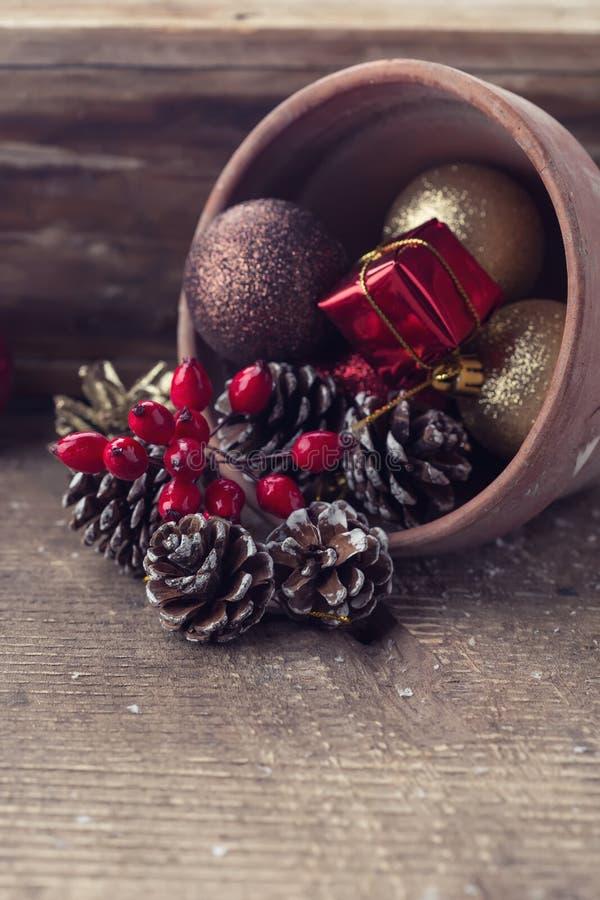 Composição decorativa do Natal no fundo de madeira postcard fotos de stock royalty free