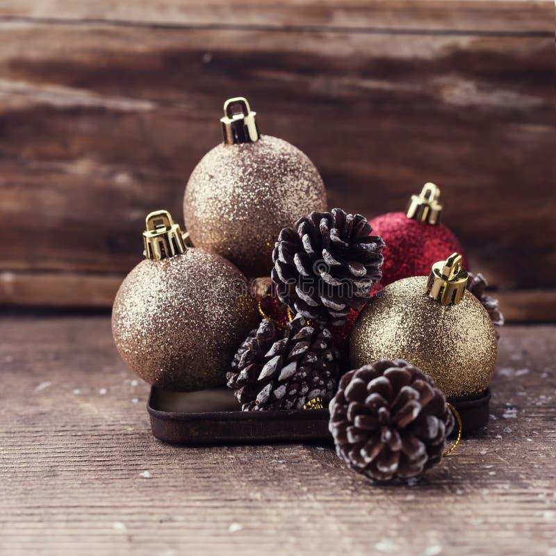 Composição decorativa do Natal no fundo de madeira postcard imagens de stock