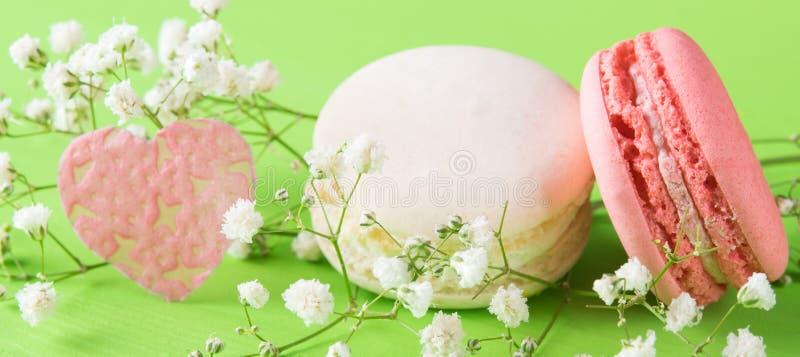 Composição delicada das flores e de biscoitos doces como um presente por um feriado fotos de stock royalty free