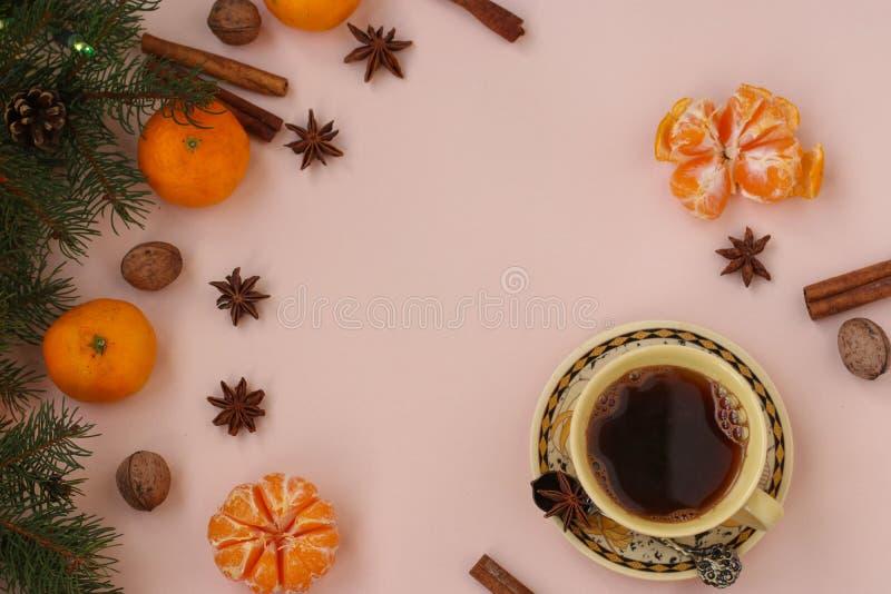 Composição do ano novo do Natal com xícara de café, tangerinas, anis, porcas, varas de canela e ramos de árvore verdes do abeto imagem de stock