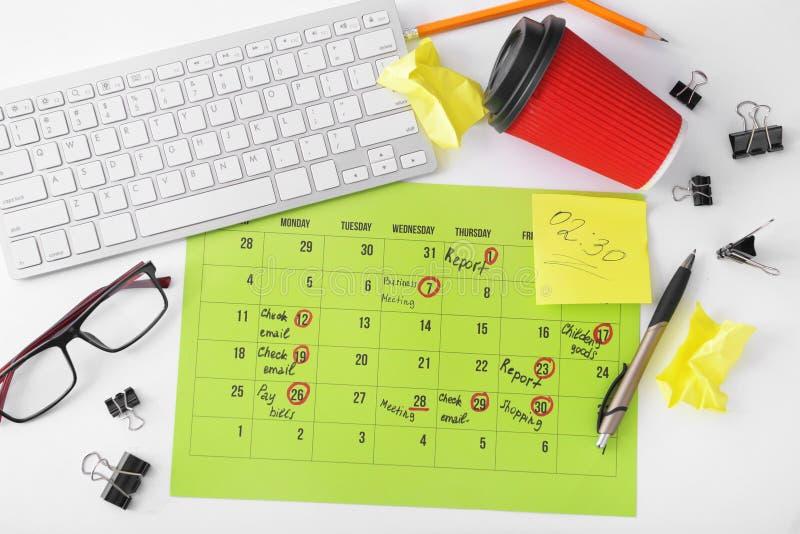 Composição do calendário com o teclado da lista de afazeres e de computador no fundo branco imagens de stock royalty free