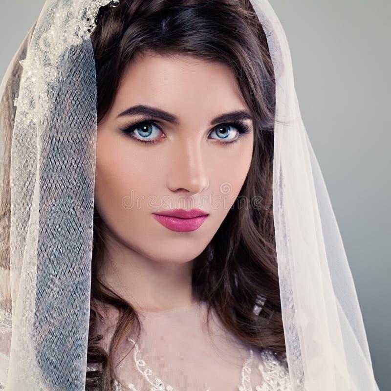 Composição do casamento Noiva consideravelmente nova, close up da cara fotografia de stock