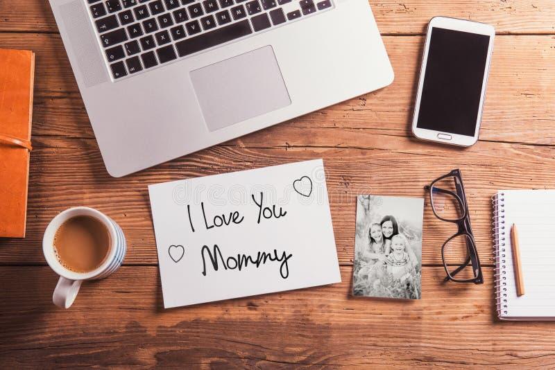 Composição do dia de mães Foto preto e branco Mesa de escritório woo fotos de stock royalty free
