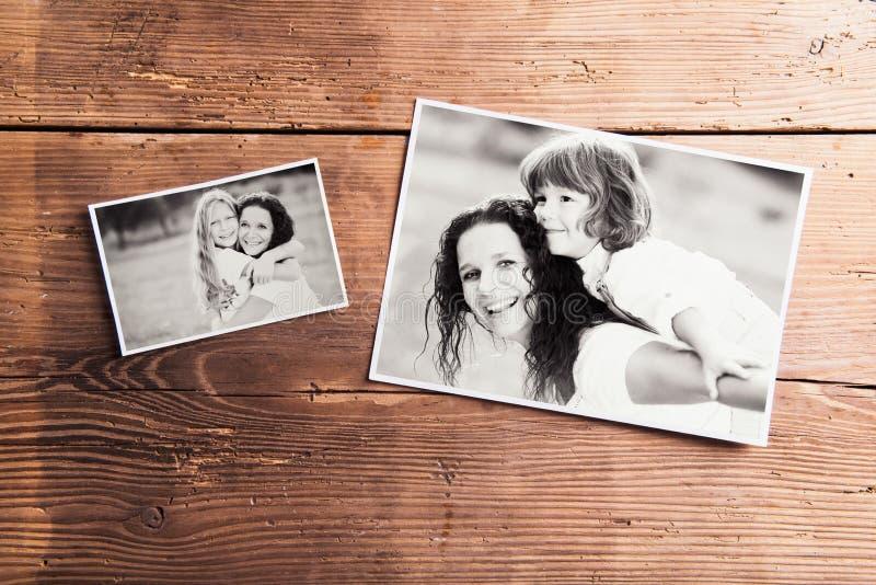 Composição do dia de mães Imagens preto e branco, backgr de madeira foto de stock royalty free