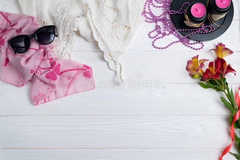 Composição do estilo do verão da forma com os óculos de sol e as flores brancos do lenço da parte superior do laço fotografia de stock royalty free