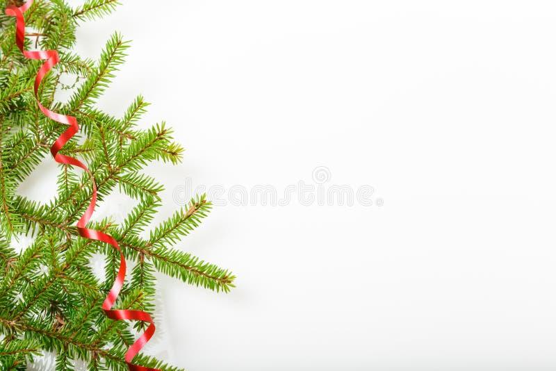 Composição do feriado do Natal e do ano novo Ramo e fita de árvore do Natal em um fundo branco imagem de stock royalty free