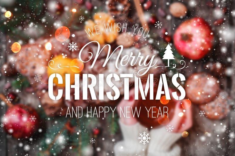 A composição do fundo do borrão do Natal com abeto ramifica, os cones do pinho, decorações vermelhas no fundo de madeira imagens de stock royalty free