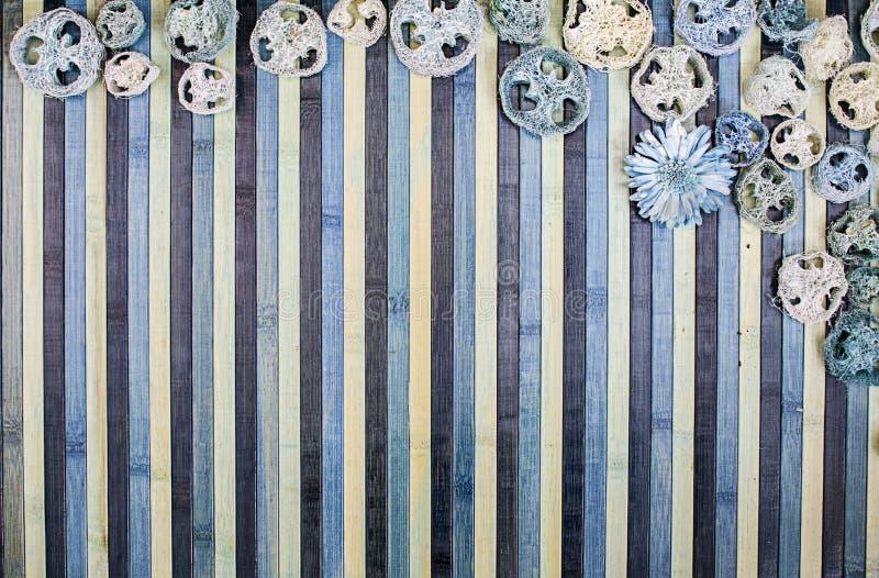 Composição do fundo na madeira nas máscaras da luz - azul e azul com um contorno de harmonização do pot-pourri ilustração royalty free