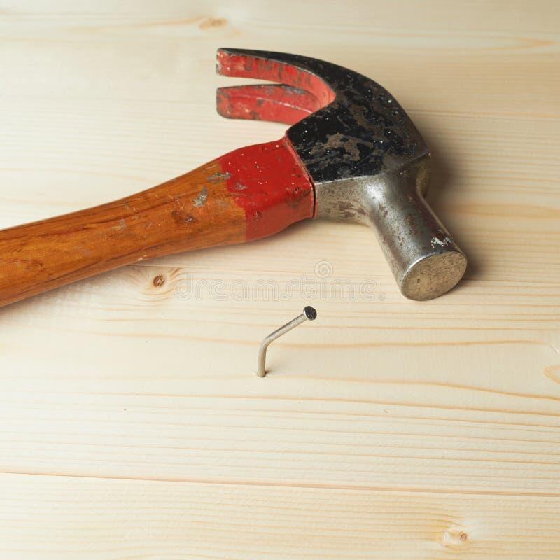 Composição do martelo e do prego fotografia de stock royalty free