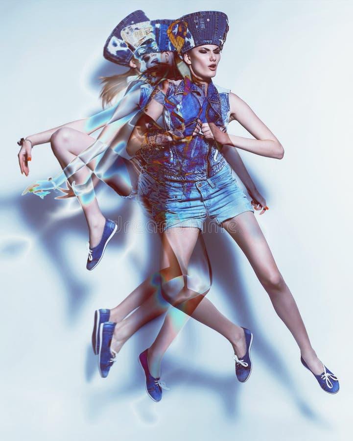Composição do movimento da mulher de salto na sarja de Nimes imagem de stock royalty free