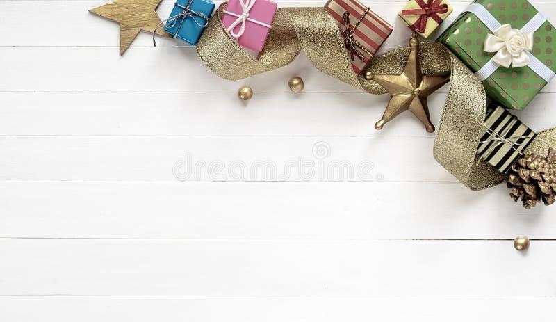 Composição do Natal Beira feita de presentes do Natal e da fita de prata imagens de stock