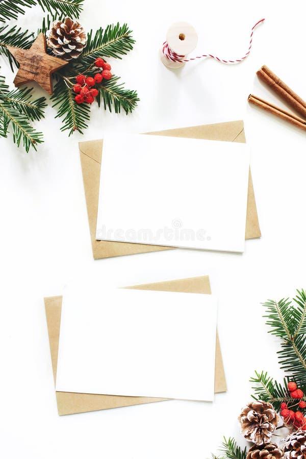 Composição do Natal Cartão vazio, cena do modelo do envelope Cones do pinho, ramos de árvore do abeto, bagas de Rowan vermelhas e imagens de stock