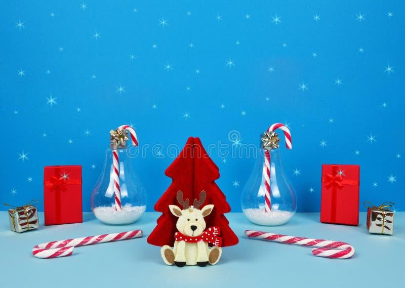 Composição do Natal com Santa, a árvore de Natal decorativa, os presentes e os bastões de doces imagens de stock