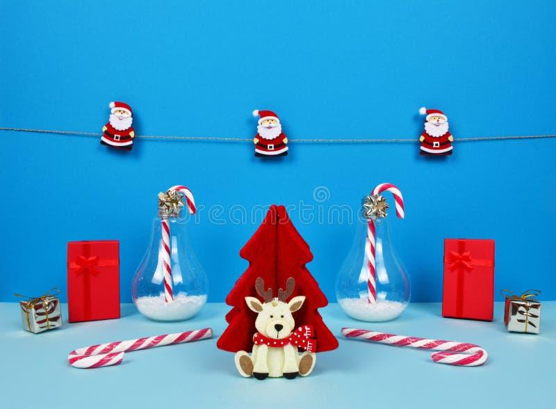 Composição do Natal com Santa, a árvore de Natal decorativa, os presentes e os bastões de doces imagens de stock royalty free