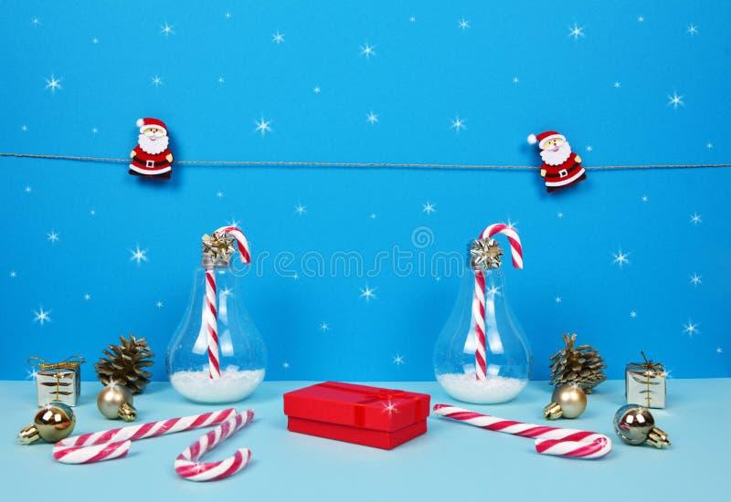 Composição do Natal com Santa, a árvore de Natal decorativa, os presentes e os bastões de doces fotos de stock
