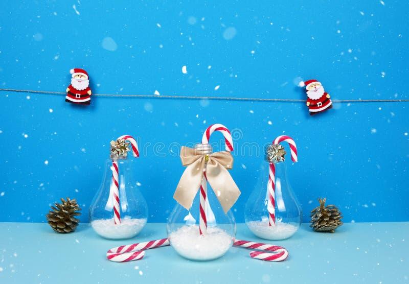 Composição do Natal com Santa, a árvore de Natal decorativa, os presentes e os bastões de doces imagem de stock royalty free