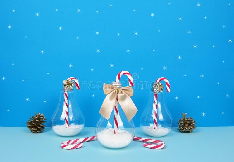 Composição do Natal com Santa, a árvore de Natal decorativa, os presentes e os bastões de doces fotos de stock royalty free