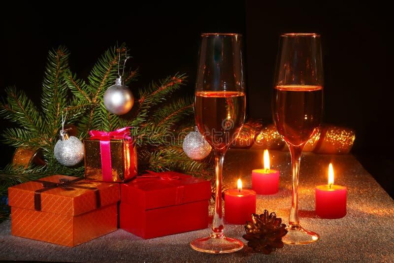 Composição do Natal com vidro do vinho efervescente do champanhe ou do conhaque, velas do Natal, bolas coloridas, caixa de presen fotografia de stock royalty free