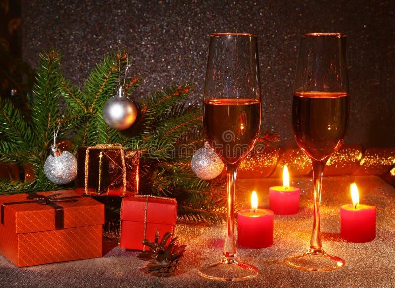 Composição do Natal com vidro do vinho efervescente do champanhe ou do conhaque, velas do Natal, bolas coloridas, caixa de presen imagem de stock royalty free