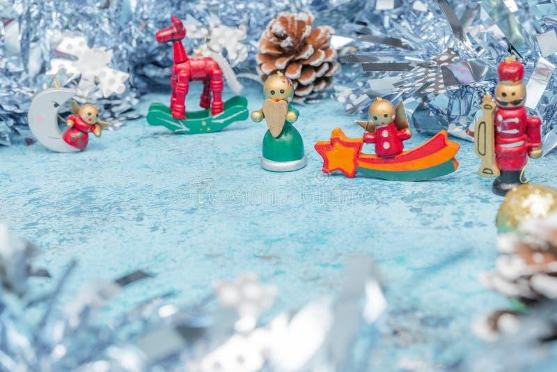 Composição do Natal de caráteres pequenos do Natal com ouropel Vista horizontal cópia-economias Cartão do feriado fotografia de stock royalty free