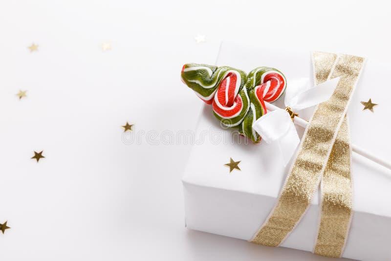 Composição do Natal Decoração cor-de-rosa do Xmas, bastão de doces do Natal com a fita no fundo branco fotos de stock