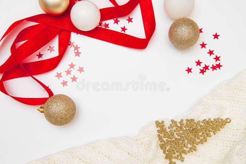 Composição do Natal Decorações da grinalda do Natal, as douradas e as vermelhas no fundo branco Configuração lisa, vista superior fotos de stock