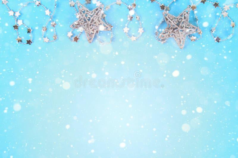 Composição do Natal dos brinquedos da árvore de Natal Decoração branca em um fundo azul copie o espaço, configuração do plano, vi fotos de stock