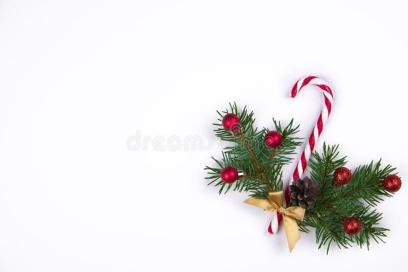 Composição do Natal Homem de pão-de-espécie com bastão de doces, ramo de árvore do abeto e flocos de neve na opinião superior do  foto de stock