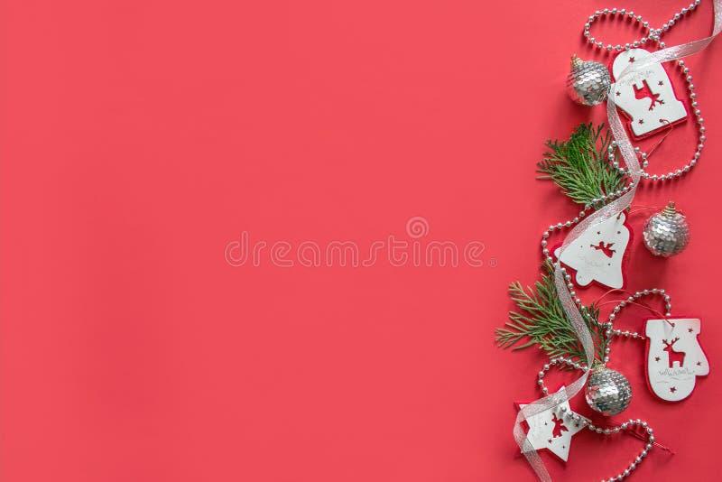 Composição do Natal, modelo no fundo vermelho imagens de stock