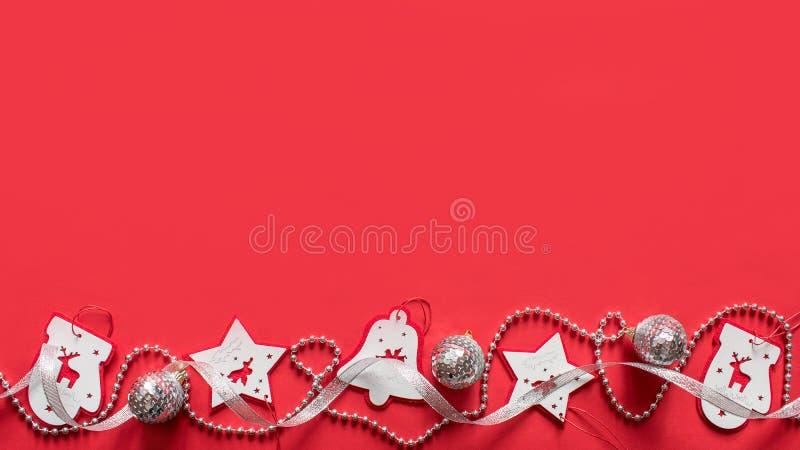 Composição do Natal, modelo no fundo vermelho Fita branca e de prata do Natal, festões imagem de stock