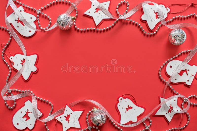 Composição do Natal, modelo no fundo vermelho Fita branca e de prata do Natal, festões foto de stock royalty free