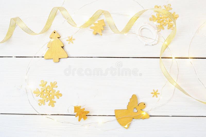 Composição do Natal O presente do Natal, cobertura feita malha, cones do pinho, abeto ramifica no fundo branco de madeira Configu imagem de stock