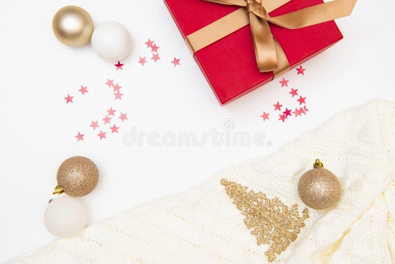 Composição do Natal Presente, vermelho e decorações do ouro no fundo branco Natal, inverno, conceito do ano novo Configuração lis fotografia de stock royalty free